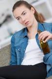 Mujer borracha en el sofá Fotografía de archivo libre de regalías