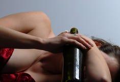 Mujer borracha en el suelo 5 Imágenes de archivo libres de regalías