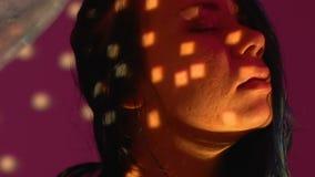 Mujer borracha que baila atractivo cerca de la bola de discoteca en el partido del club nocturno, vida ociosa almacen de video
