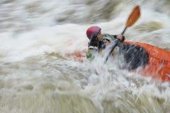 Mujer borrosa kayaking en el río Fotos de archivo libres de regalías