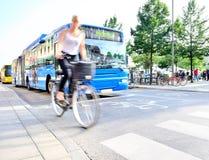 Mujer borrosa movimiento en la bici Fotografía de archivo