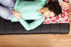 Mujer brasileña de Jung que duerme en el sofá Foto de archivo
