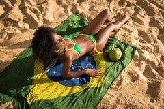 Mujer brasileña en el bikini que se relaja en la playa fotos de archivo libres de regalías