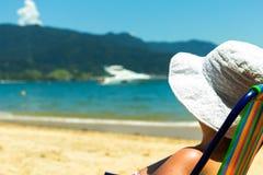 Mujer brasileña en la playa imagen de archivo