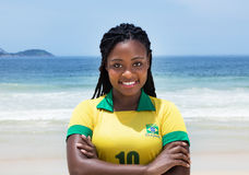 Mujer brasileña feliz en un jersey de fútbol en la playa Fotos de archivo libres de regalías