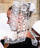 Mujer bretona joven en bordado tradicional Imagen de archivo