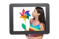 Mujer brillante con el molinillo de viento colorido Fotografía de archivo libre de regalías