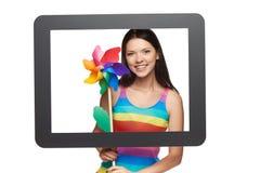 Mujer brillante con el molinillo de viento colorido Fotos de archivo