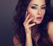 Mujer brillante de moda del maquillaje con el pelo largo, manicur creativo Fotos de archivo libres de regalías