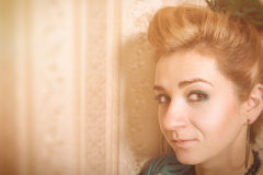 Mujer brillante del encanto en estilo de la moda fotos de archivo