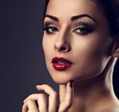 Mujer brillante del maquillaje de la tarde con la piel perfecta, barbilla, cuello largo, imágenes de archivo libres de regalías