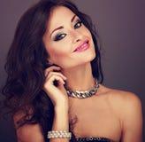 Mujer brillante hermosa del maquillaje de la tarde con el peinado rizado largo Imagen de archivo