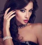 Mujer brillante hermosa del maquillaje de la tarde con el peinado rizado largo Imagenes de archivo