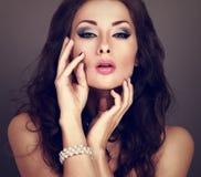 Mujer brillante hermosa del maquillaje de la tarde con el peinado rizado largo Fotografía de archivo libre de regalías