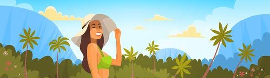 Mujer bronceada en bikini sobre Forest Background tropical, sombrero atractivo del desgaste de la muchacha el vacaciones del mar  Foto de archivo libre de regalías