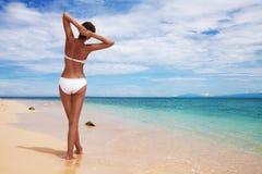 Mujer bronceada en la playa fotografía de archivo