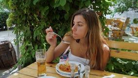 Mujer bronceada que come en la terraza al aire libre del verano almacen de video