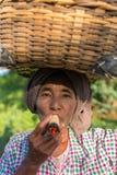 Mujer burmese no identificada que fuma un cigarro grande tradicional del tabaco Imagenes de archivo