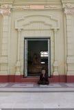 Mujer Burmese que ruega Imágenes de archivo libres de regalías