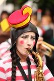 Mujer cómica que toca el saxofón Foto de archivo libre de regalías