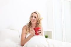 Mujer cómoda con sonrisa hermosa Imagenes de archivo