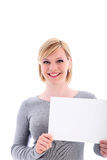 Mujer cómoda que lleva a cabo una muestra en blanco Foto de archivo