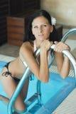 Mujer cabelluda negra delgada atractiva del bikiní por la piscina Fotografía de archivo