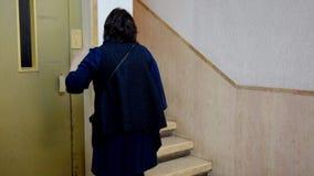 Mujer cabelluda negra que evita la elevación debido a la claustrofobia almacen de video
