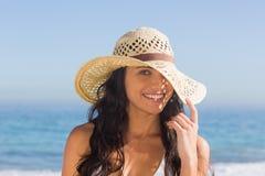 Mujer cabelluda oscura atractiva con la presentación del sombrero de paja Fotos de archivo