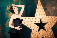 Mujer cabelluda oscura en vestido elegante Fotos de archivo