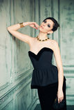 Mujer cabelluda oscura en vestido elegante Imágenes de archivo libres de regalías