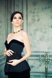 Mujer cabelluda oscura en vestido elegante Imagen de archivo libre de regalías