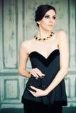 Mujer cabelluda oscura en vestido elegante Fotografía de archivo