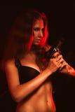Mujer caliente en sujetador y arma negros Imagen de archivo libre de regalías