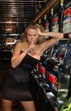Mujer caliente rubia - secreto - máquinas tragaperras - juego Fotografía de archivo libre de regalías
