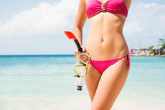Mujer caliente y atractiva en un bikini magenta con el cuerpo deportivo Imagen de archivo