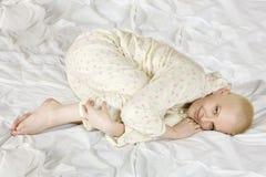 Mujer calva rubia pensativa que miente en la cama Fotografía de archivo