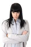 Mujer cambiante implacable que se enfurruña con los brazos doblados y actitud imagenes de archivo