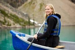 Mujer Canoeing en el lago Fotografía de archivo libre de regalías