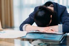 Mujer cansada con exceso de trabajo de trabajo del negocio de las largases horas imagen de archivo