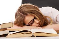 Mujer cansada con una pila de los libros Imagen de archivo libre de regalías