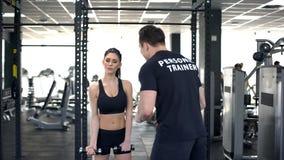 Mujer cansada de motivación de los deportes del instructor del gimnasio para hacer el ejercicio, forma de vida del deporte, guía imagen de archivo libre de regalías