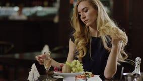 Mujer cansada del blondie en el almuerzo metrajes