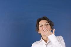 Mujer cansada delante de la tarjeta azul Imagen de archivo libre de regalías