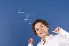 Mujer cansada delante de la tarjeta azul Foto de archivo libre de regalías