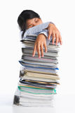 Mujer cansada detrás de la pila de papel Foto de archivo
