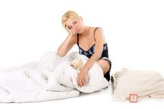 Mujer cansada en cama Fotos de archivo