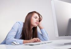 Mujer cansada en el trabajo Fotos de archivo