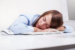 Mujer cansada en el trabajo Imagen de archivo