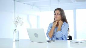 Mujer cansada en el trabajo que se relaja, dolor de cuello